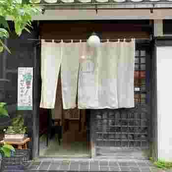 はじめにご紹介するのは、メディアでもたびたび紹介される有名店「ルスルス浅草店」です。浅草観音堂裏にひっそりたたずむお店には、開店前から行列ができるほど。