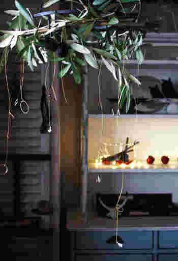 雑貨から家具まで、「プチプラ」素材を駆使してDIYで素敵に作ってしまう「pink pinko life」のpinkoさん。 こちらはリースを水平にして吊るす飾り方が今風な「ハンギングリース」。グリーンにはオリーブの枝を。リースの土台となるアイアンフレームやオーナメントはなんとすべて100円ショップ「セリア」のものなんだそうです。