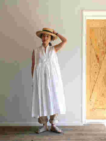 一枚だけで着ると少し幼い印象になりがちなふんわりした白いロングのワンピースには、裾をたくしあげたベージュのパンツ、ヌバックのサンダルといったどちらかというとメンズライクなアイテムを合わせると少女っぽさから大人の女性の避暑地スタイルに早変わり。