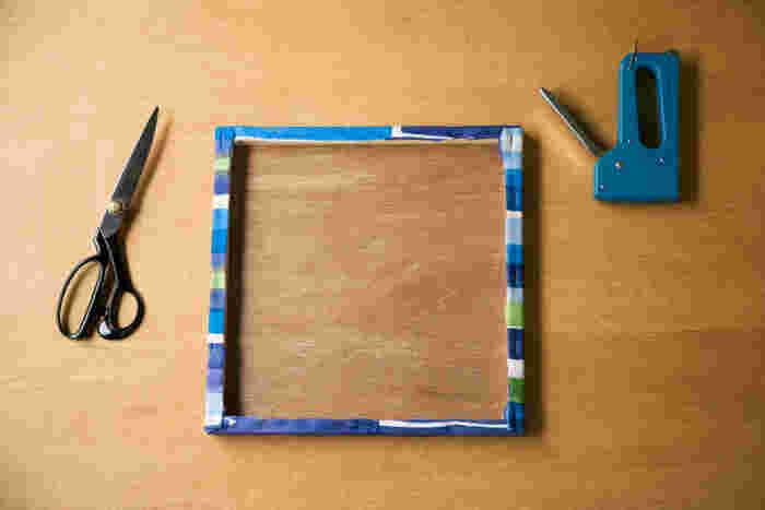 余った生地を切り終わったところ。壁に画鋲をさして、木枠に引っかけるように壁にかけます。