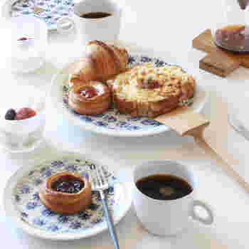 ハンドメイドで描かれた小花柄の表情が豊かなお皿。白ベースでどんな料理にも合わせやすく使い勝手の良いお皿です。