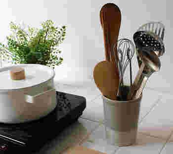 こちらの見た目もシンプルでスタイリッシュなキッチンツールスタンドは、かもしか道具店とオンラインショップのアンジェがコラボしたデザイン性も使い勝手も抜群のアイテムです。金属製と違って陶器製は錆びることがないため、水周りにも気軽に置いて使えるので機能性も◎。