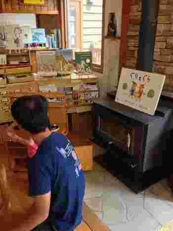 ウッディな雰囲気の店内は、いたるところに絵本が! 大人だって懐かしの絵本、思い出の絵本と再会できるかもしれません。 珍しい洋書の絵本なども置いてあり、またたく間に時間は過ぎて行きます。