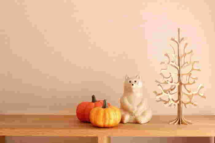 普段のインテリアにちょっぴりハロウィンの風情をプラスして。ナチュラルテイストの棚にかぼちゃの色味がよく合っています。