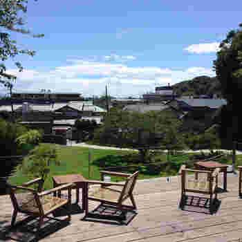 小高くなった屋敷から臨む景色はゆったりとした気分になれます。ぜひテラス席で自然の風を感じてみてください。