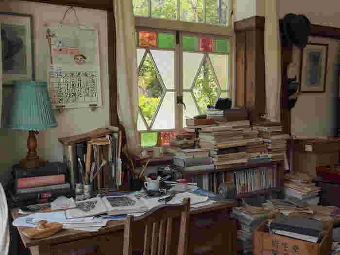 お父さんの書斎部屋。本が積み上げられています。