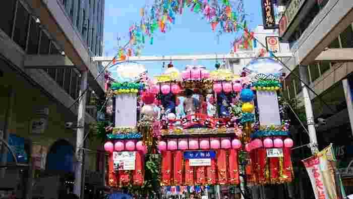 日本三大七夕祭りのひとつである「湘南ひらつか七夕まつり」は、JR平塚駅北口の商店街を中心に七夕飾りが飾られています。元々は、戦後商業振興策として始まったと言われています。中心街は約500もの飾りで埋め尽くされ、大きいもので10mを超える飾りもあるようです。2018年は7月6日から7月8日の3日間に開催される予定です。