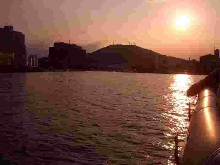 そんな眉山を船から眺められる、ひょうたん島クルーズもあるんです。徳島市の中心部を空から見ると、ひょうたんの形をしているので「ひょうたん島」と呼ばれています。  その「ひょうたん島」の周囲約6kmを周遊船で一周する30分のクルーズは、なんと乗船料がほぼ無料(保険料が100円)なんです!海と街がオレンジ色に染まる夕暮れ時や、ライトアップが美しい夏の夜の最終便がオススメだそうです。