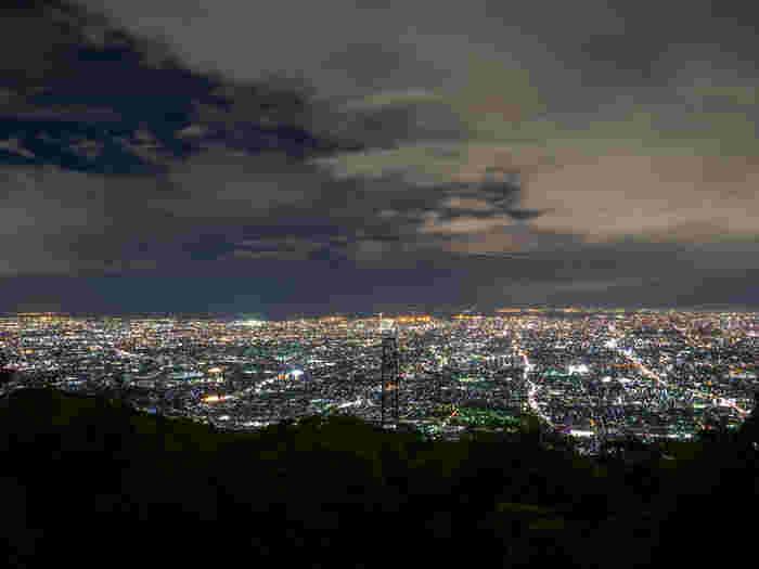 大阪府と奈良県に跨がる生駒山には、眺めの良さで人気の展望駐車場が何カ所かあります。信貴生駒スカイラインから大阪方面を見渡すと、これぞ光の絨毯。一見の価値ありですよ。