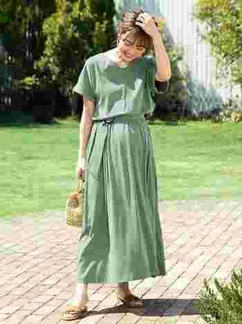 薄着になる夏には着るものに困ってしまうマタニティ期にもロングワンピはおすすめのアイテム!ボリューミーなスカートでお腹をゆったりと守ってくれます。