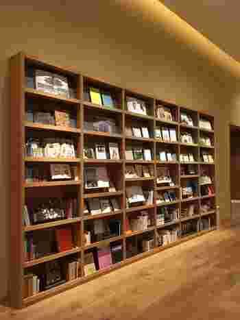 ホテル内には古今東西の長く読み継がれてきた本を集めて「ずっといい言葉」と共に本のある暮らしを提案する「MUJI BOOKS」の本約650冊を自由に閲覧できるライブラリーや小規模ながらランニングマシーンやエアロバイクなどの機具が揃ったジムも併設。