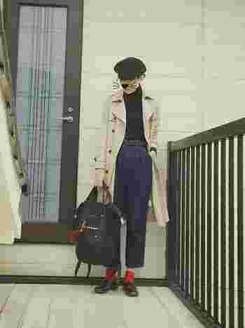 短めパンツに赤靴下のアクセントがピリッと効いてます。ベレー帽とトレンチでボーイッシュなパリジェンヌ風。