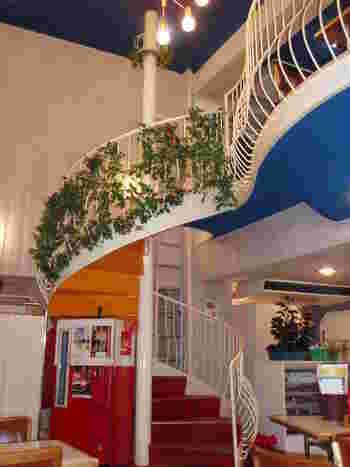 店内は2階まで吹き抜けになっていて天井が高く、開放感があります。そして螺旋階段、コカコーラのストッカーなどがあり、こちらもレトロ感満載♪