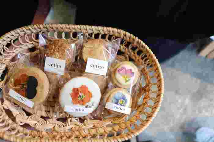 cotitoハナトオカシトは、杉並区の西荻窪駅にあるお店です。お花屋さんとお菓子屋さんが合わさった、とっても雰囲気のよいお店です。お花屋さんらしく、エディブルフラワーという食べられるお花を使ったスイーツが大人気です。