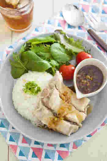 東南アジア全般で愛されるチキンライス。鶏の旨味がぎゅっと詰まったご飯が絶品で、カオマンガイ、シンガポールチキンライスなどと呼ばれ親しまれています。こちらのレシピでは炊飯器にお米、調味料、鶏肉、長ネギを入れて簡単に美味しく作れます。  行った旅先によってソースや味に微妙な違いがあるので、現地の味を思い出して、自分なりに再現してみるのも楽しいかもしれませんね。