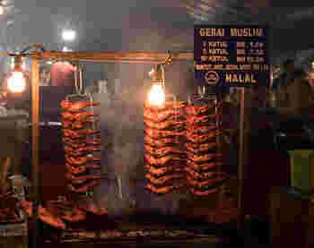 ハラール(ハラル)とは、イスラムの教えで「神に許されている」ものやことを指し示します。ハラールな食べ物の代表例は、野菜、果物、魚、卵、牛乳と、そしてイスラムのルールに従って屠畜・加工された肉です。豚肉はや酒類は禁止されています。  ハラールの反対、「神に許されていないもの」はハラームといいます。つまり、豚肉や酒類はハラームなもの。どこまで細かくルールを守るかは、個人にもよります。ハラール、ハラームがどういうことなのか、おおまかに理解できていれば良いと言えるでしょう。