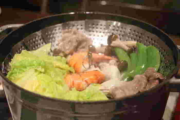 香港では蒸気鍋が大人気で、専門のレストランもたくさんあるようです。蒸された具材を食べたあとは、蒸し汁を使ってお粥にするのも楽しみ。牡蠣・海老・カニなどの魚介や肉のエキスが溶けた汁をご飯が吸って、なんともいえないおいしさです。