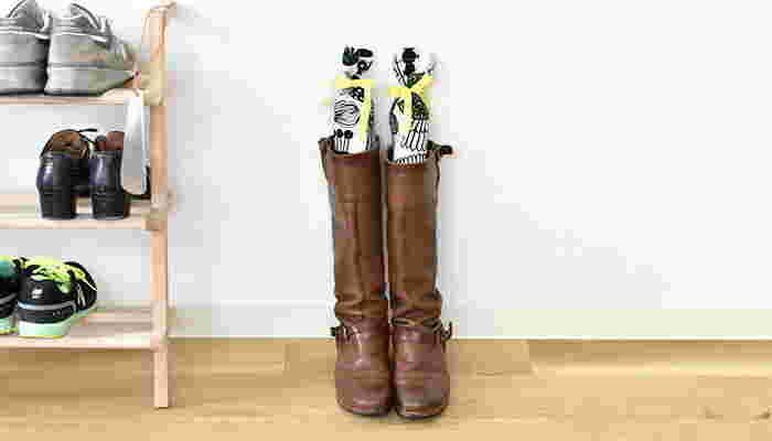 おしゃれな布で作れば、玄関先でのインテリア性も抜群ですね。ブーツが立つように少しかために中綿を詰めて、リボンで結びます。ポプリや10円玉を入れると、消臭効果にもなりますよ。