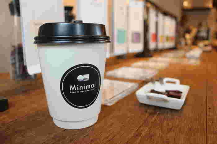 店内には、カカオ豆ごとの特徴をいかした個性的な板チョコレートがずらり。日替わりコーヒーは丸山珈琲の豆を使い、コーヒーと相性の良いチョコレートタブレット付きという嬉しいおまけつき!