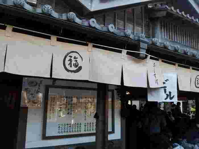 """三重県伊勢市を中心に昔から食べられている""""伊勢うどん""""。 うどんといってもよくある出汁に麺が浸かっているものではなく、たまり醤油に魚や昆布の出汁を加えたつゆに麺を絡めて食べるおうどんです。"""