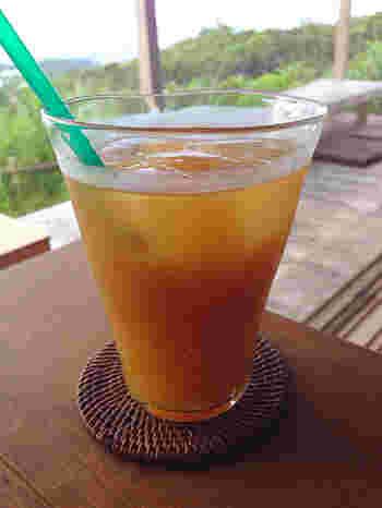 オレンジ色のアセロラジュースは甘さと酸味のバランスが◎。心地のいい風に吹かれながら、心にも身体にもやさしい時間を過ごしたいですね。