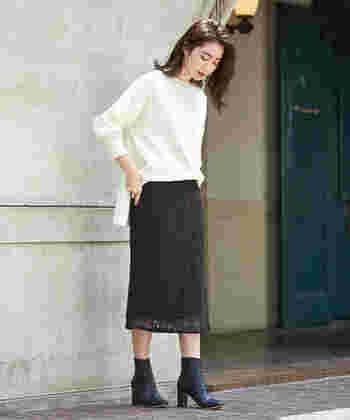 大人っぽさを演出したいなら、レース素材のタイトスカートもおすすめ。白のトップスと黒のブーツで、フェミニンなモノトーンコーデに仕上げています。