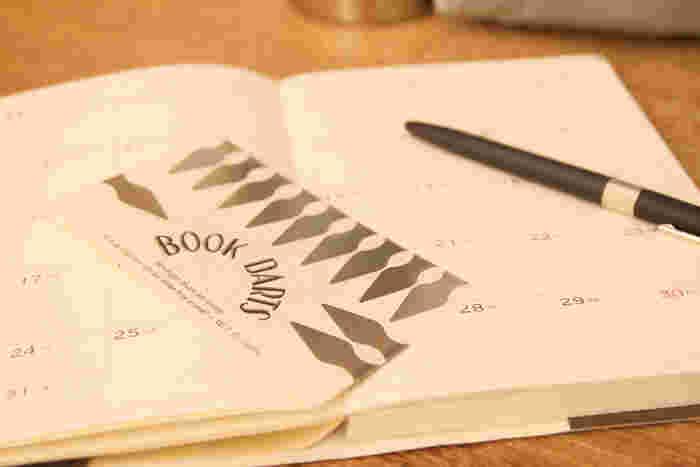 ブックダーツは、手帳や本、ノートに挟んで使えるクリップです。シンプルな形で薄型なので、たくさんつけても邪魔になりません。