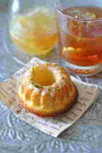 自家製のはちみつレモンシロップを使った、爽やかな風味のクグロフ。シロップの残りをジャム状に煮詰めてから生地に入れています。食べやすいミニサイズです。