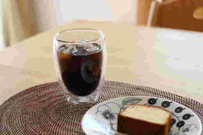 二重構造のグラスとは、ガラスが二重になったもののこと。飲み物の入っている面と触れる面が隔てられているため、飲み物の熱さや冷たさを触れても感じにくいようになっています。