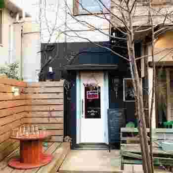 藤沢駅から徒歩10分圏内にある商店街の路地裏に佇む美容室&古民家カフェ「mano+(マーノプラス)」。  1階がカフェ、2階が美容室という造りになっています。もちろん、カフェのみの利用もOK!