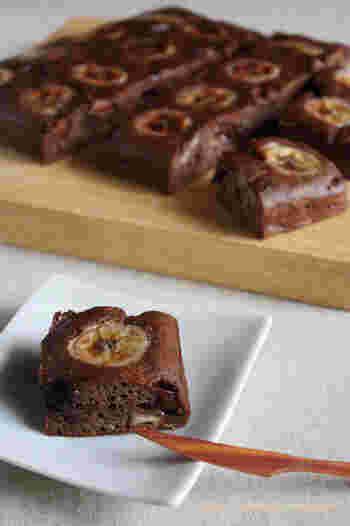 チョコとバナナの美味しい組合せのブラウニーは、作りたてよりも1日寝かせて食べるのがおすすめ。ナッツなどを入れて、食感にアクセントを加えても美味しいです。
