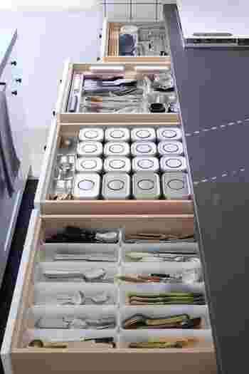 カトラリーや調味料、調理器具などで雑然としがちなキッチンの引き出し。トレーや調味料ボトルなどを統一することで、全体をすっきりと見渡せるようになります。見た目に美しく気持がいいだけでなく、こうして片付け場所が決まることで、将来的にも「キレイ」を維持することができるんです。