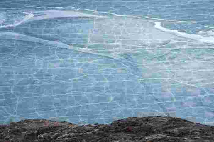 """""""シベリアの真珠""""とも呼ばれている「バイカル湖」は、三日月の形をした美しい湖。ロシアでも有数の観光スポットとして、毎年多くの人が訪れます。冬になると湖一面が氷り、とても幻想的な雰囲気に。"""