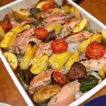 手羽中に、じゃがいも、玉ねぎ、ミニトマトなど・・・カットしたいろな野菜を入れたら、耐熱のホーローバットにならべて、魚焼きグリルへ。  オリーブオイルと塩というシンプルな味付けですが、野菜の甘味を堪能できますよ。