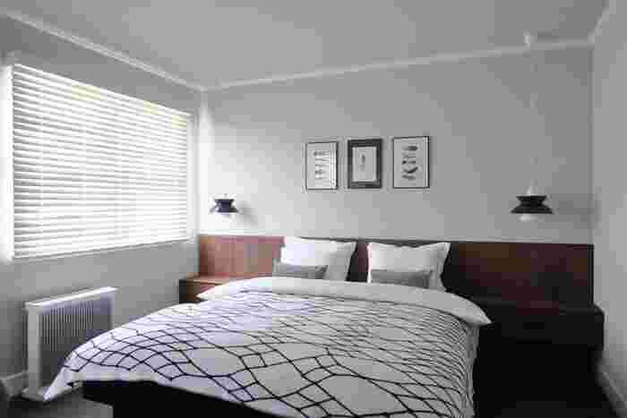 家具の配置を大きく変える模様替えは、時間も手間もかかるので気軽に始められないのが難点ですよね。でも、ベッドルームなら簡単に雰囲気をがらっと変えることができるんです。それは、ベッドファブリックを取り替えるという方法。まずはこちらのお部屋を拝見しましょう。元々は、白をベースにしたベッドファブリックを使っていました。