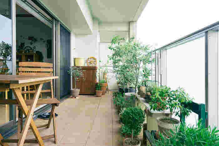 生き生きとしたたくさんの緑があふれるこんなベランダなら、癒し効果も抜群です。ウッドテーブルやチェアを置いたり、味のあるインテリアで飾ったり。こうして我が家だけのリラックス空間を作り上げるのは、ちょっとワクワクする作業ですよね。