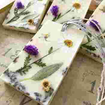 押し花を使ったアロマワックスサシェは図柄も華やかで、プレゼントにもおすすめです。