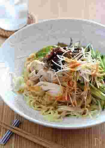 蒸し鶏をのせた中華風の冷やし中華。ピリ辛のごまだれが麺によくからんでとてもおいしい。