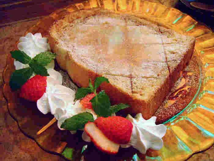 仙台で人気のパン屋さん「カスクルート」のパンを使った「キャラメルハニートースト」はコーヒーとの相性も◎添えてあるフルーツやクリームも一緒に頂いて、至福の時間を過ごせます。