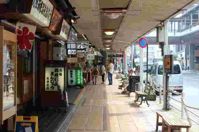 """温泉地ならではのお土産なら、やっぱり""""温泉饅頭""""。箱根湯本駅商店街に店を構える「丸嶋本店」は、『元祖箱根温泉まんじゅう』で有名な、創業110余年の老舗店。箱根を代表する名店の一つです。"""