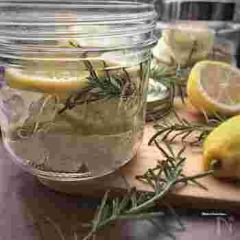 フレッシュなレモンと一緒にローズマリーも漬け込むので、爽快感たっぷりなシロップ漬けに仕上がります。レモネードやホットレモンなどほっと一息できる午後のおともにおすすめです。