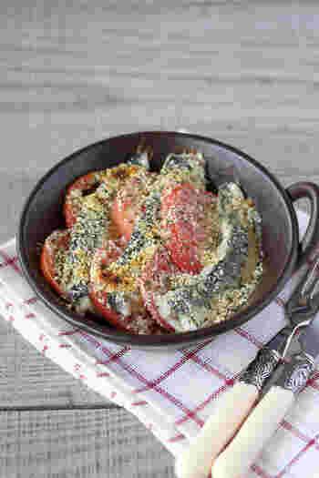 新鮮なイワシが手に入ったら、ぜひ作ってほしい料理。具材を並べて、パン粉や粉チーズをかけて焼くだけなので簡単。トマトの赤が食卓に映えます。油っぽさがなく、さっぱりしています。
