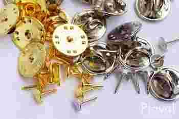 いくつも欲しいピンバッジ。金具に貼り付けるだけなので初心者さんでも簡単に作れます。