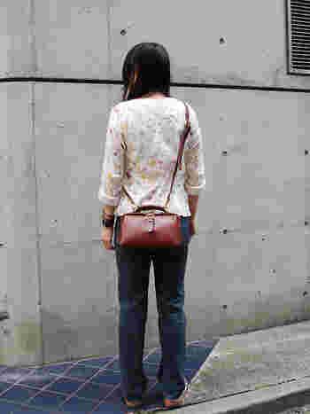 ビジネスに使うダレスバッグをミニサイズにしたデザインが個性的。 休日のお出かけにピッタリなミニショルダーです。