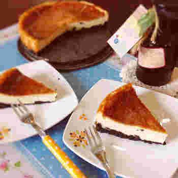 クリームチーズではなくヨーグルトで作るベイクドチーズケーキ。ミキサーで材料を混ぜてオーブンで焼くだけの、簡単レシピです。ヨーグルトを使うことでよりさっぱりとした味わいになりますよ。