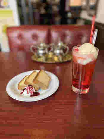もちろんドリンクも豊富、コーヒーメニューだけでも20種類以上、アルコールに至っては世界中から取り寄せた数百種類以上が楽しめるのだとか。ソフトドリンクも、ソーダ類からハーブティーまで…。  その守備範囲の広さも含め、どこを切り取っても個性があふれ出すお店ですが、すべてお味は本格派。いつでもあなたを迎えてくれる心強い場所といえるでしょう。