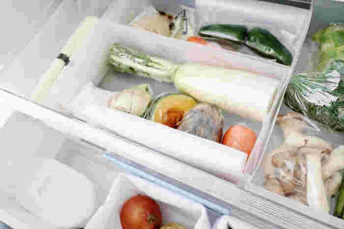 野菜室はダイソーの収納ケースを使って細かく仕切られています。食材を最後まで無駄にしないために、使いかけの野菜もひと目で見渡せるように工夫されているのだそう。 使いかけの野菜が奥のほうに追いやられ、存在を忘れていた!なんてことも防げますね。