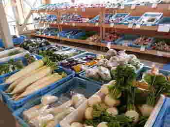 店内では新鮮野菜の直売所もあります。時間によっては商品がガラガラ…こちらも人気のようですね。お買い物も合わせてどうぞ。