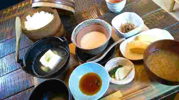 「とろろ汁御膳」もランチの人気メニュー。古き良き日本を感じられるおひつごはんと共に、信州味噌仕立てのとろろ汁や野沢菜の天ぷらなど、地元の食材を使ったお料理がいただけます。