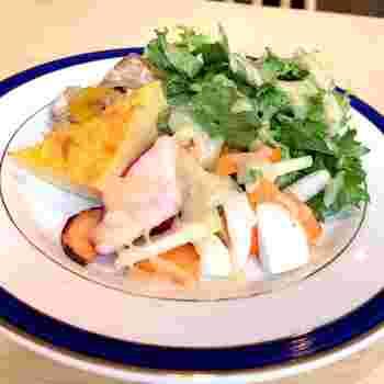 オーナーシェフの自信作「ロールキャベツ」のランチは、スープとサラダ、ドリンクがセットになっています。サラダは根菜がメインでボリューム満点。